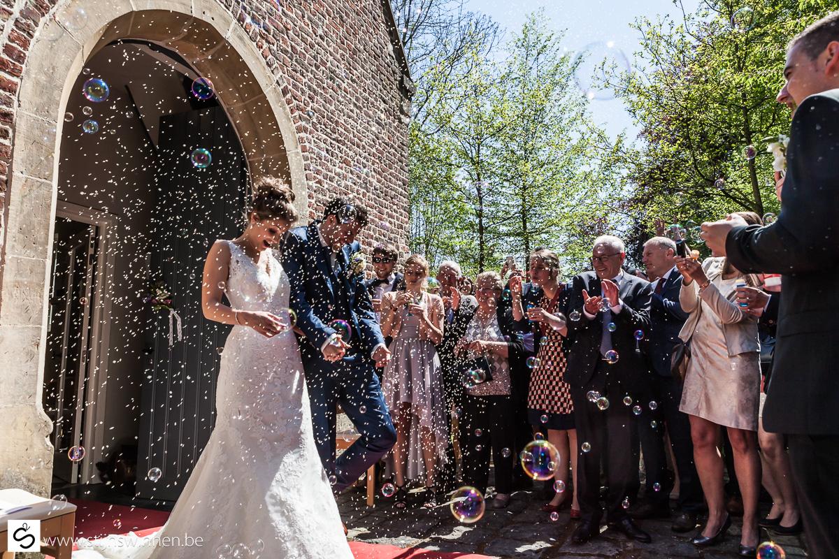Karen en Wim verlaten de kapel en wordt overladen door rijst en zeepbellen