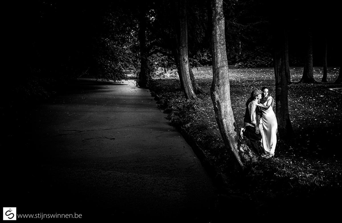Stijlvol zwartwit huwelijksfoto van Karlijne en Mike